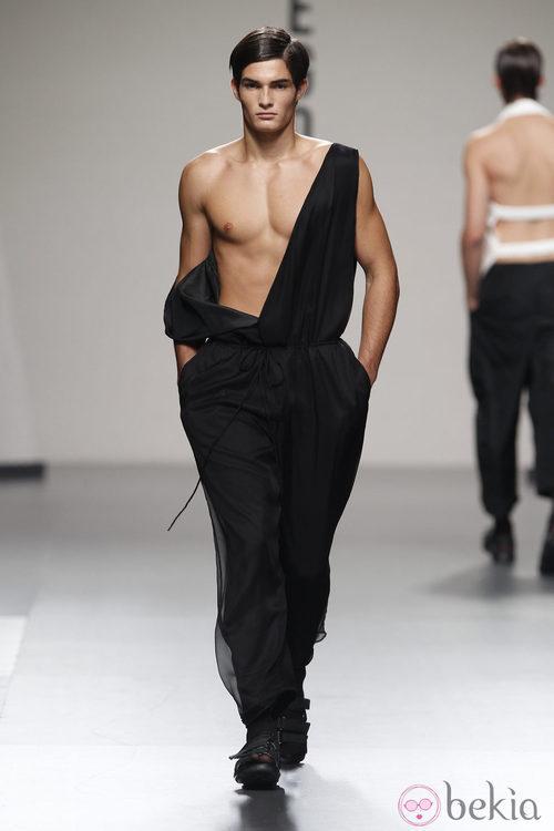 Pantalón negro ancho con tirantes de Alberto Puras en Cibeles, colección primavera 2012