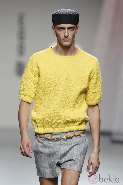 Jersey amarillo y shorts en tono gris de Alberto Puras en Cibeles, colección primavera 2012