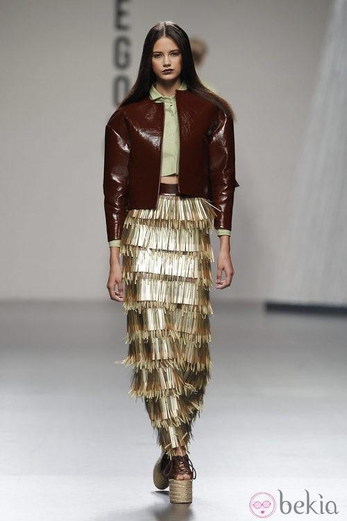 Falda larga de tablas con chaqueta amarronada de Luis Manteiga en Cibeles, colección primavera 2012