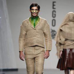 Traje beige con camisa verde de Luis Manteiga en Cibeles, colección primavera 2012