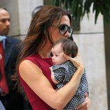 Victoria Beckham con su hija Harper Seven en brazos