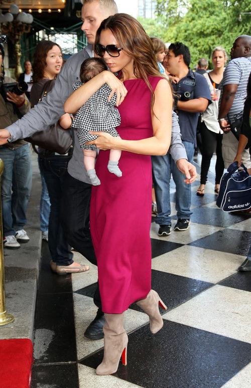 Victoria Beckham, con botas de Christian Louboutin, y su hija Harper Seven