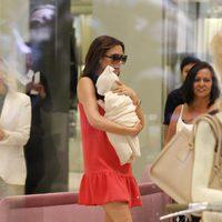 Victoria Beckham, con vestido de su marca, y su hija Harper Seven
