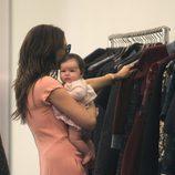 Victoria Beckham elige ropa con su hija Harper Seven