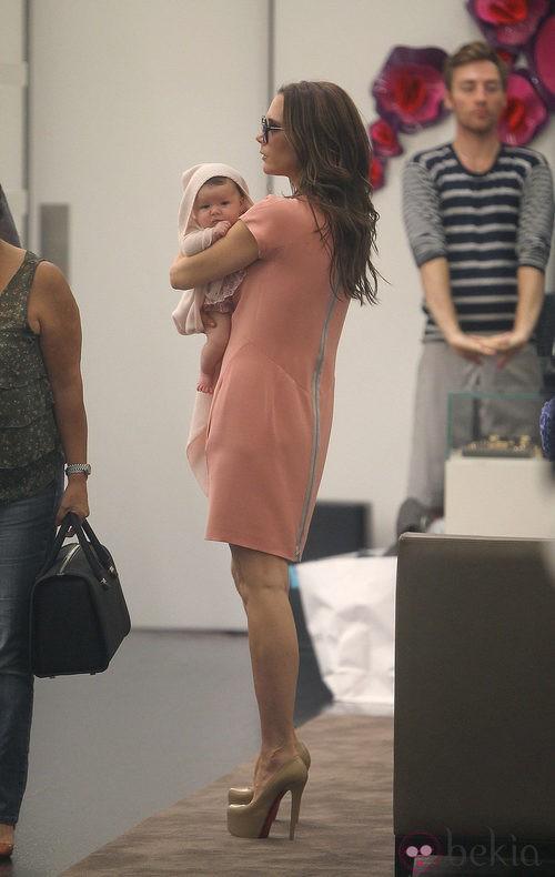 Victoria Beckham con vestido rosa de su marca y su hija Harper Seven