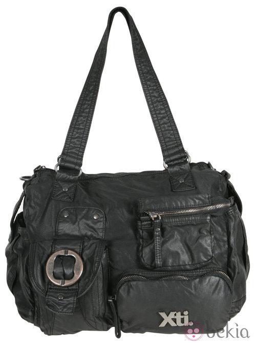 Bolso negro de cremalleras de la colección otoño/invierno 2011/2012 de Xti