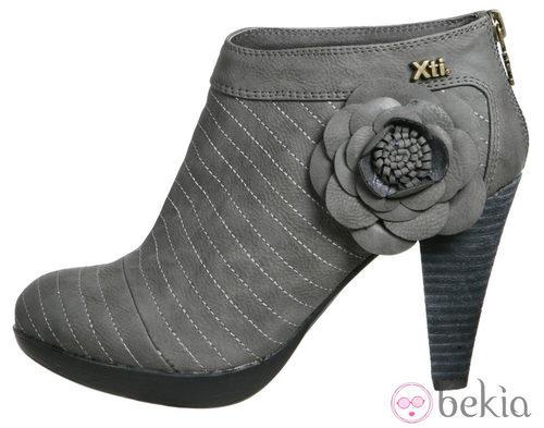Botín de tacón gris con flor de la colección otoño/invierno 2011/2012 de Xti