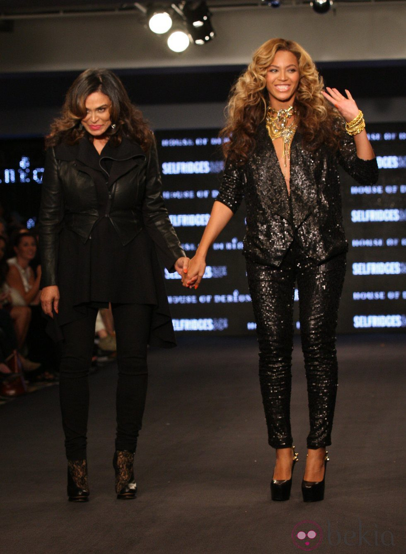Beyoncé con traje de lentejuelas diseñado por su madre, Tina Knowles