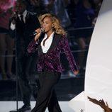 Beyoncé sobre el escenario de los MTV Video Music Awards con traje de Dolce & Gabbana