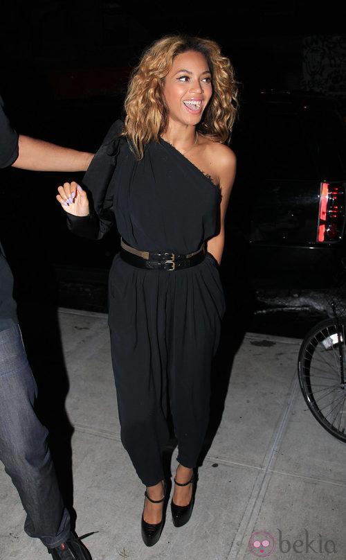 Beyoncé con mono negro de escote asimétrico