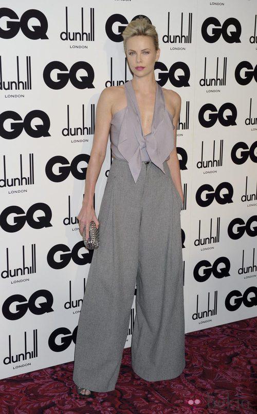 Charlize Theron con pantalón palazzo de Roland Mouret