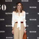 Olivia Palermo con pantalón palazzo beige