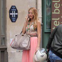 Blake Lively en Paris rodando 'Gossip Girl' con pantalón palazzo de Suno