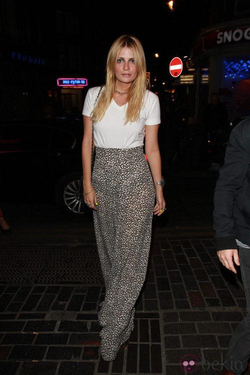 Mischa Barton con pantalón palazzo y camiseta blanca