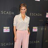 Bar Refaeli con pantalón palazzo rosa de Escada