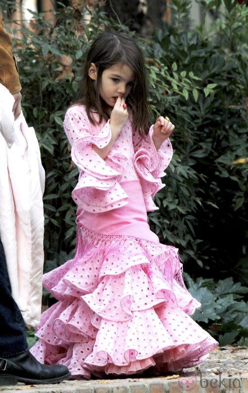 Suri Cruise con traje rosa de sevillana