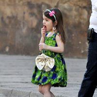 Suri Cruise con vestido de flores y zapatos de tacón dorados