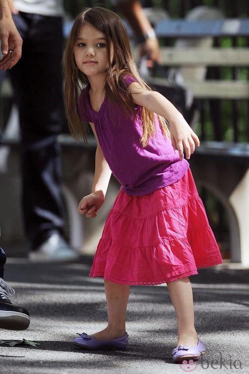 Suri Cruise con falda rosa y bailarinas malva