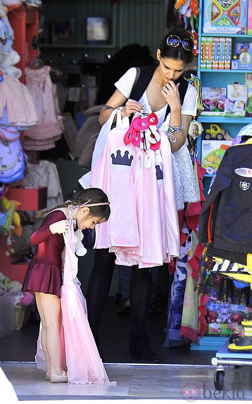 Suri Cruise se va de compras con su madre, Katie Holmes