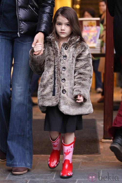 Suri Cruise con abrigo de peluche marrón y botas de cowboy