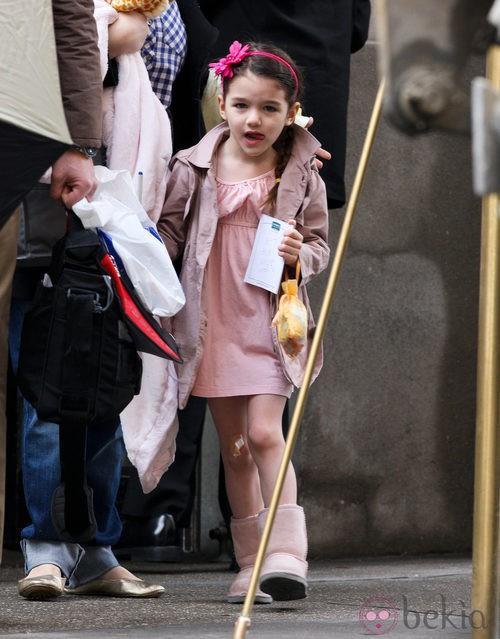 Suri Cruise con gabardina y vestido rosas