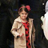 Suri Cruise con gabardina y vestido rojo de corazones