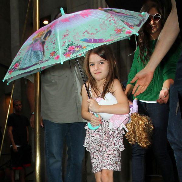 suri cruise con vestido de flores y paraguas de barbie