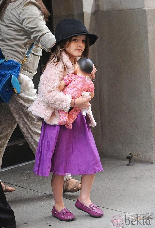Suri Cruise con sombrero negro y mocasines lilas