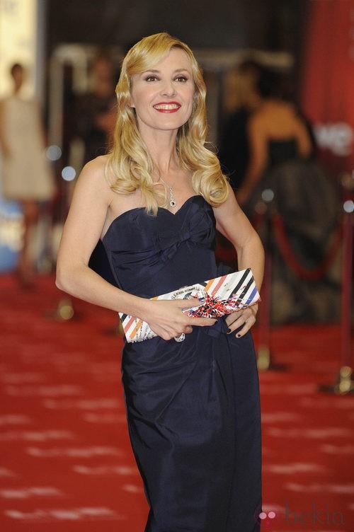 Cayetana Guillén Cuervo con un bolso de Roger Vivier en los Premios Goya 2011