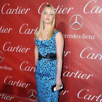 Jennifer Lawrence con unas sandalias y un 'clutch' de Roger Vivier