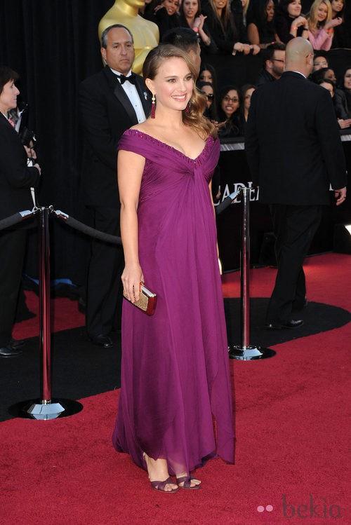 Natalie Portman con un 'clutch' dorado de Roger Vivier y vestido de Rodarte en los Oscar 2011