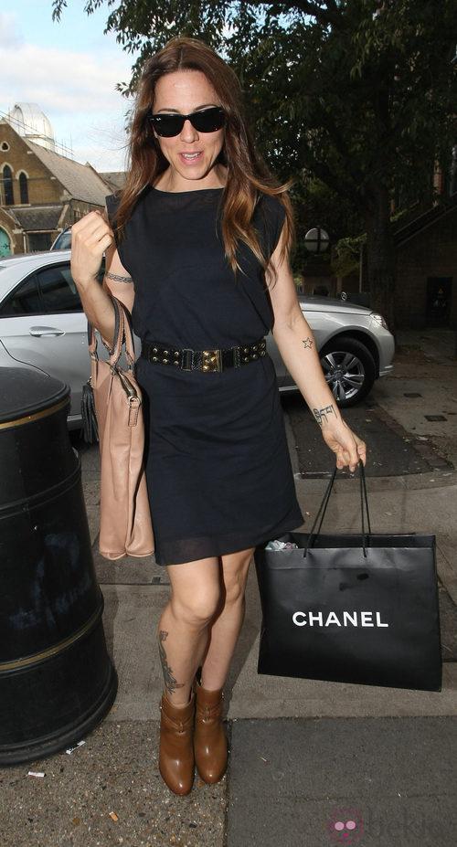 Melanie C., de las Spice Girls, con bolsa de Chanel y gafas Wayfarer