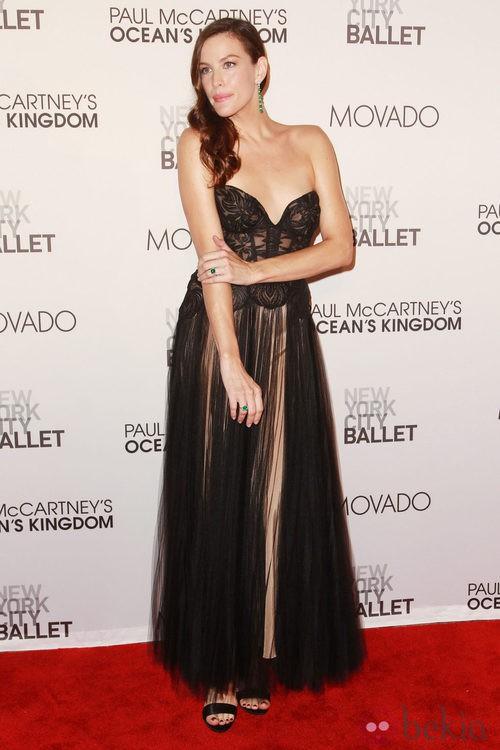 Liv Tyler con bustier de escote corazón y falda transparente de Stella McCartney