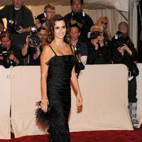 Penélope Cruz con un 'clutch' Foxtrot de plumas negras con hebilla de cristales de Roger Vivier