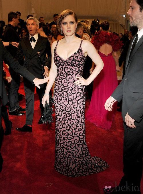 Amy Adams con un 'clutch' Pumette Tube confeccionado con plumas negras de Roger Vivier