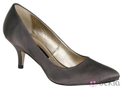 Zapato gris de tacón medio de Lorena Carreras, colección otoño/invierno 2011