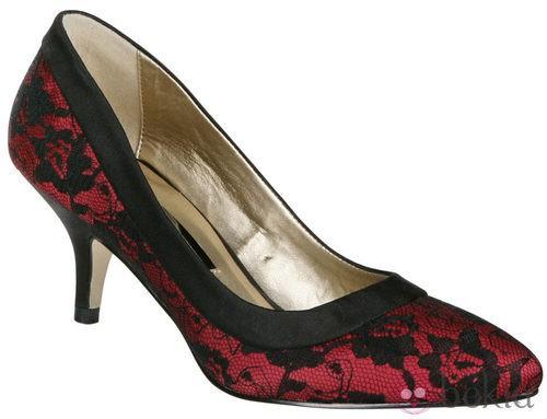 Zapato de tacón rojo con encaje de Lorena Carreras, colección otoño/invierno 2011