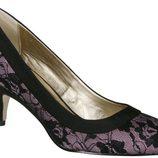 Zapato de tacón rosa con encaje de Lorena Carreras, colección otoño/invierno 2011