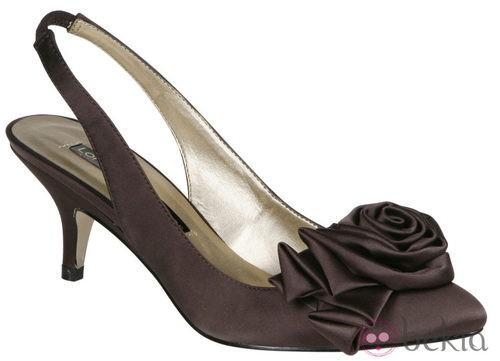 Zapato color chocolate con flor de Lorena Carreras, colección otoño/invierno 2011