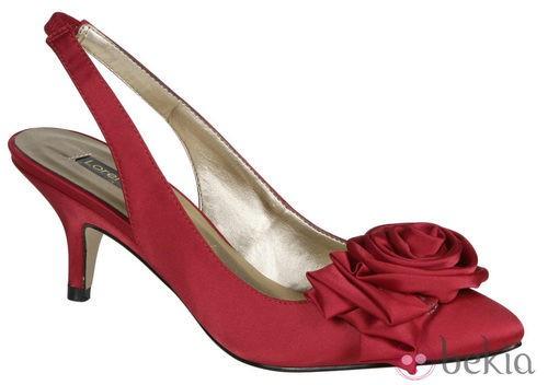 Zapato rojo con flor de Lorena Carreras, colección otoño/invierno 2011