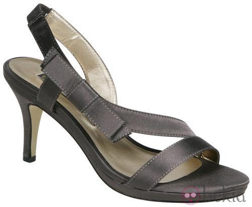 Sandalias grises de Lorena Carreras, colección otoño/invierno 2011