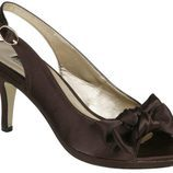 Zapatos peep toe chocolate con lazo de Lorena Carreras, colección otoño/invierno 2011