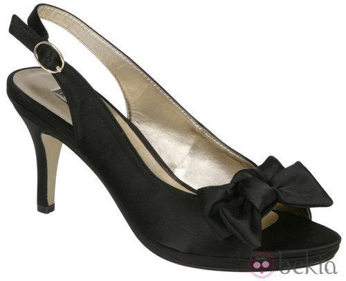 Peep toe negros con tira en el talón de Lorena Carreras, colección otoño/invierno 2011