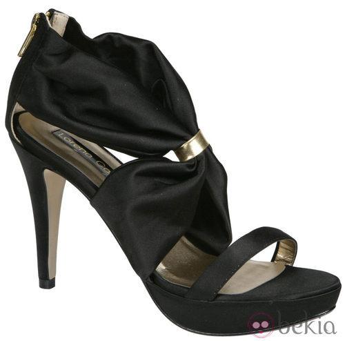 Sandalias negras con bandas de Lorena Carreras, colección otoño/invierno 2011
