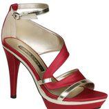 Sandalias de tiras en tonos rojo y oro de Lorena Carreras, colección otoño/invierno 2011