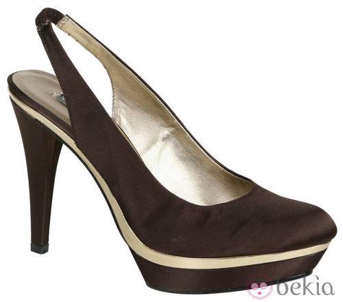 Zapatos de tacón con plataforma en tono chocolate de Lorena Carreras, colección otoño/invierno 2011