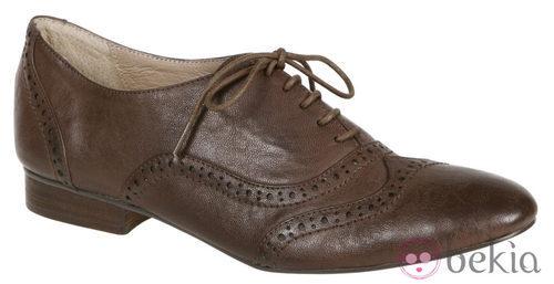 Zapatos oxford marrones de Lorena Carreras, colección otoño/invierno 2011