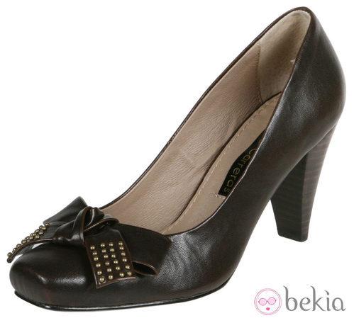 Zapatos marrones de cuero y tacón ancho de Lorena Carreras, colección otoño/invierno 2011