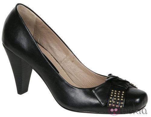 Zapatos negros de cuero de Lorena Carreras, colección otoño/invierno 2011