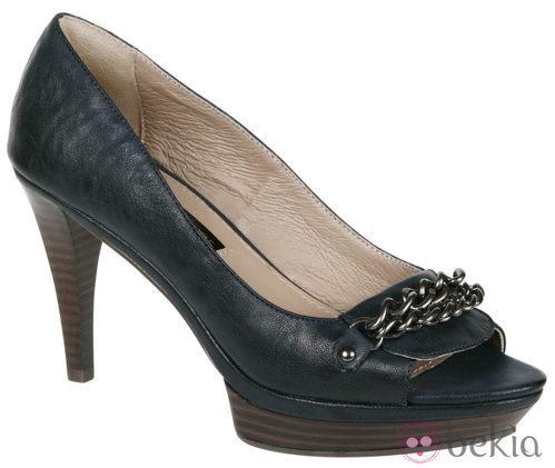 Zapatos peep toe con cadena de Lorena Carreras, colección otoño/invierno 2011
